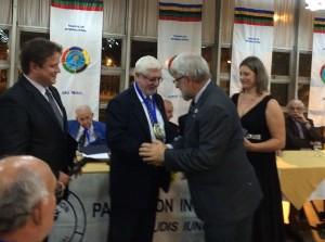Prof. Gilberto Bertevello recebendo a homenagem