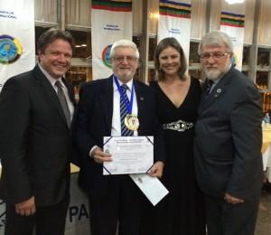 Prof. Gilberto Bertevello ao lado de André Nessi, Aide Angélica e Almir Gruhn